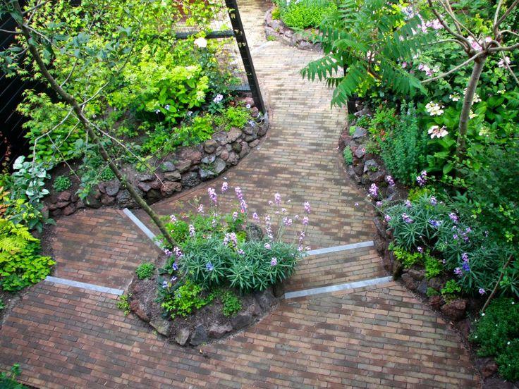 De nieuwe kleine romantische achtertuin