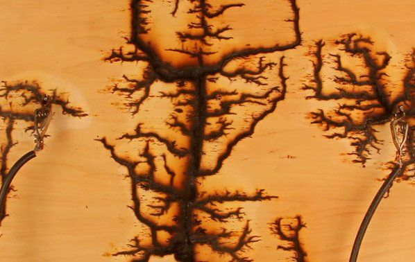 A Estudante Melanie Hoff estava curiosa para saber o que aconteceria se ela descarregasse 15.000 volts em uma placa de madeira. O teste foi feito e ao invés de pegar fogo, explodir, ou qualquer outra coisa do gênero, a eletricidade causou padrões fractais na madeira. Veja o resultado:Para seu experimento Melanie utilizou madeira compensada, ou seja, as camadas de verniz e cola tornou o progresso muito mais lento que uma madeira comum.OBS: Não faça isso em casa!