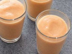 1/2 papaja una tazza di ananas a pezzi 2 bicchieri di latte di mandorle e 1 cucchiaino di miele. Frullare e consumare subito