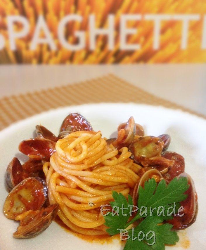 I tradizionali spaghetti alle vongole qui sono presentati in una variante rossa e piccante. Una versione particolarmente gustosa di un primo piatto semplice