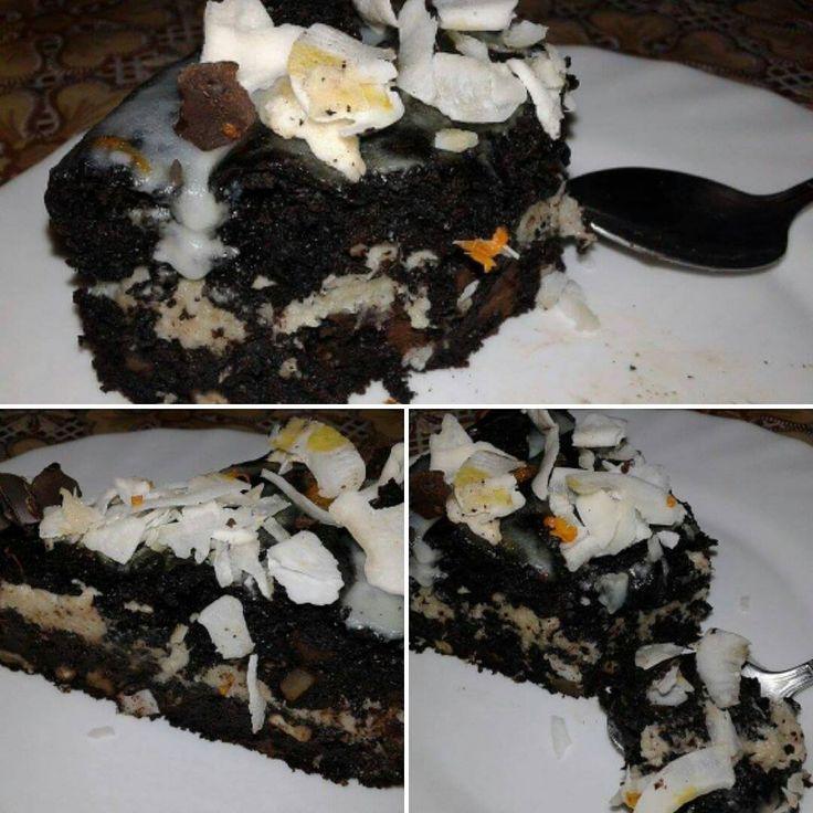 """Tort """"Noaptea Pasiunii"""" – vegancugust Un tort care are loc pe masa de sarbatori. Daca iti place ciocolata ca si mie o sa te indragostesti de acest tort. Reteta merge bine si la briose. #vegan #ciocolata #retetevegane"""