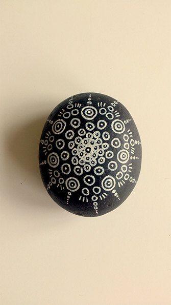 Items similar to Piedra pintada a mano on Etsy