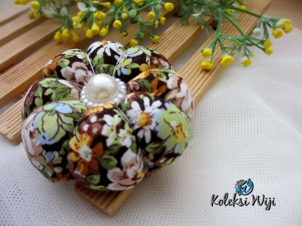 http://koleksiwiji.com/product/ninie-pincushion Ninie Pincushion Size : Diameter jar 6 cm Colours :  seperti gambar Materials :  cotton fabrics, dakron and beads  bantal jarum, jarum pentul, koleksiwiji, pincushion, tuspin jar -  - #BantalJarum, #JarumPentul, #Koleksiwiji, #Pincushion, #TuspinJar -