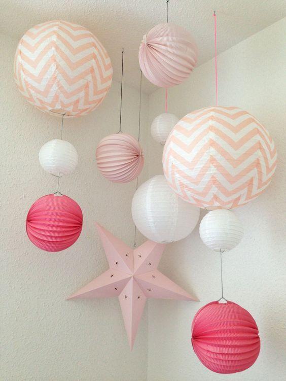 Marlène nous fait découvrir la chambre de sa fille et cette idée lumineuse de faire tomber en pluie des lampions, des lanternes et des étoiles dans des couleurs très girly. Il vous suffit d'avoir d...