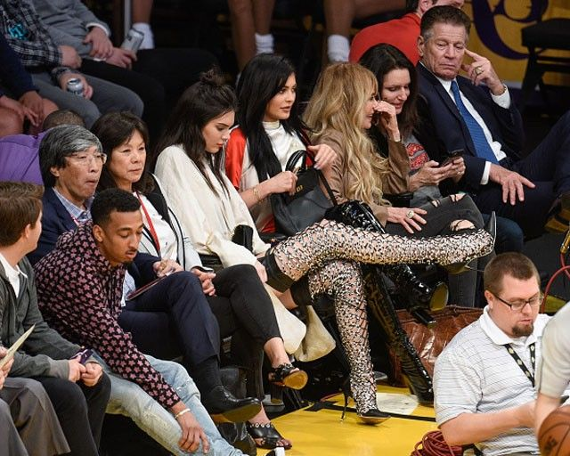 """Kendall e Kylie Jenner usam botas """"sexy até dizer chega"""" em jogo de basquete"""