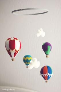 Mobiel met luchtballons gemaakt door How Joyful