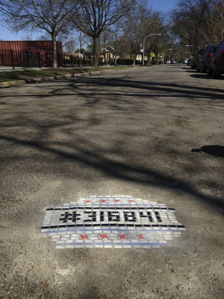 Chicago artist fills potholes with mosaic tiles. http://restreet.altervista.org/jim-bachor-ripara-le-buche-delle-strade-con-i-mosaici/