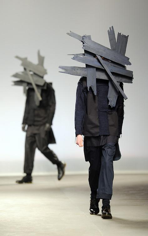 Brett vorm Kopf! So geht Mann in die Herbst Winter Saison 2013. Hier ein Runway frisch von der London Fashion Week designt von Craig Green.