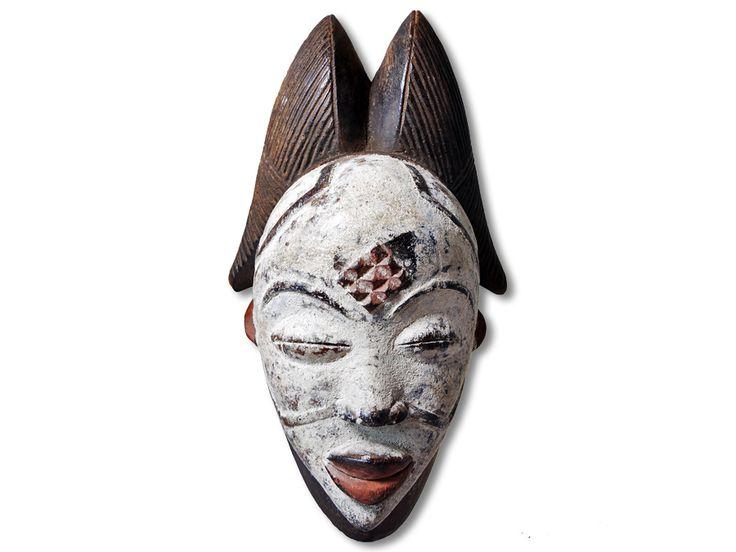 Hier können Sie eine einzigartige Punu Maske erwerben. Diese herrliche Maske vom Stamm der Punu wurde aus Holz in kunstvoller Handarbeit hergestellt und das Gesicht wurde durch Schmucknarben in Höhe von Stirn und Wangen geteilt, dies ist typisch für diesen Maskentyp. Diese wunderbare Punu Maske hat eine Höhe von ca. 31cm. Zögern Sie keineswegs und kaufen Sie jetzt.#PunuMaske #MaskevomStammderPunu #Punu #Wandmaske #Holzmaske