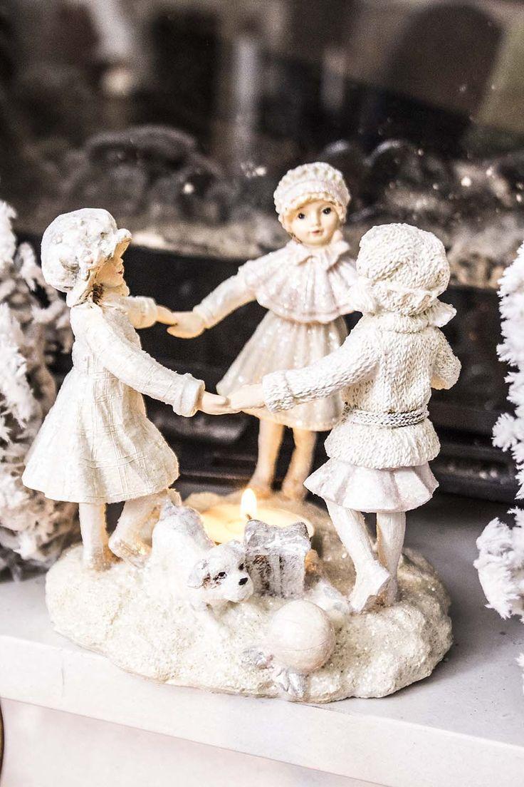 Vinterbarn tre små jenter som danser i snøen rundt