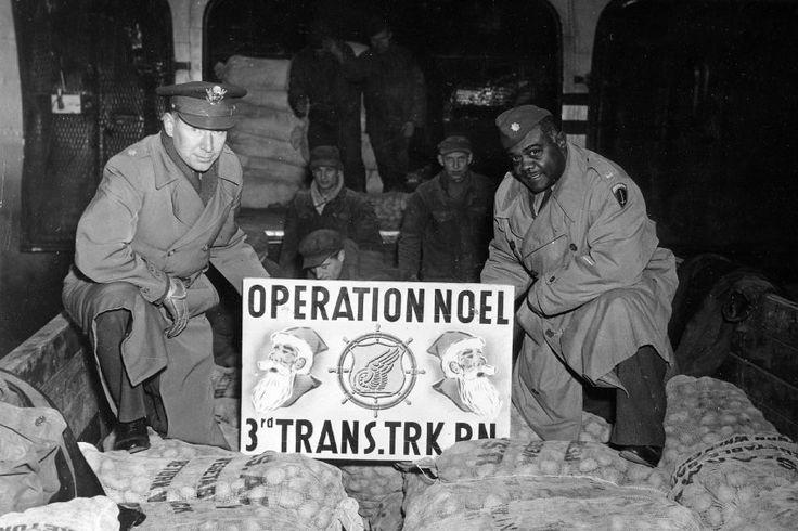 """""""Operation Weihnachten"""": Angehörige der US-Armee sammelten mehr als 20 Tonnen Lebensmittel, Süßigkeiten und Kleidung, die im November 1946 als Weihnachtsspende mit zwei Flugzeugen von Frankfurt nach Berlin geflogen wurden."""