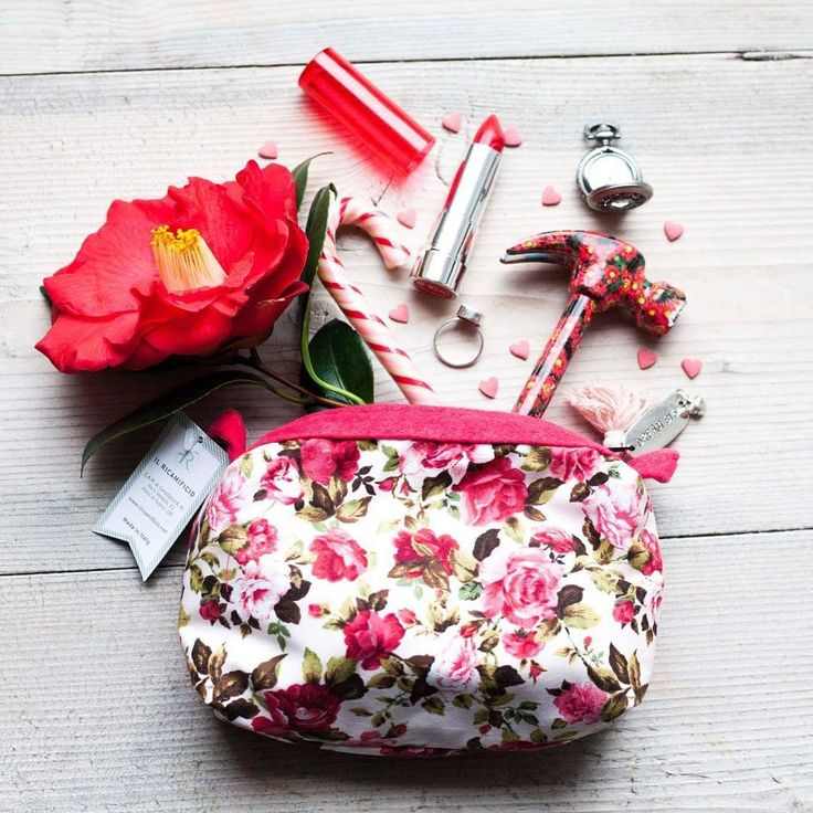 Questa grigia giornata ci ha fatto venire voglia di primavera e fiori... ed ecco che abbiamo realizzato la nostra nuova bustina da borsetta. E' perfetta per riporre rossetti, smalti, caramelle, chiavi e telefono! -Per ora ci sono soltanto 5 pezzi e li trovate in vendita su Etsy (Il Ricamificio) link diretto nella bio!❤️ #madeincarnia #madeinitaly #madewithlove #fattoconamore #fattoamano#dreambig#purse#pouch#zipperpouch#makeup#instaconf16 #igersud #igersfvg #beauty#beautycase#flowers