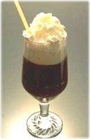 Café espagnol (Spanish coffee) - Recette. Givrer le bord d'un verre à café espagnol (utiliser du jus de citron et du sucre). Verser le Grand Marnier, le rhum et le Tia...