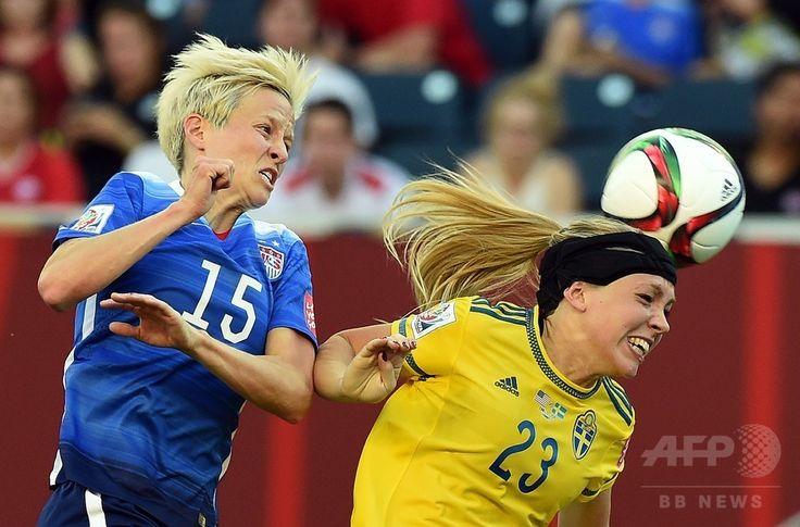 女子サッカーW杯カナダ大会・グループD、米国対スウェーデン。スウェーデンのエリン・ルベンソン(右)とボールを競る米国のミーガン・ラピノー(2015年6月12日撮影)。(c)AFP/JEWEL SAMAD ▼13Jun2015AFP 米国とスウェーデンはスコアレスドロー、女子サッカーW杯 http://www.afpbb.com/articles/-/3051525 #2015_FIFA_Womens_World_Cup #Group_D_United_States_vs_Sweden
