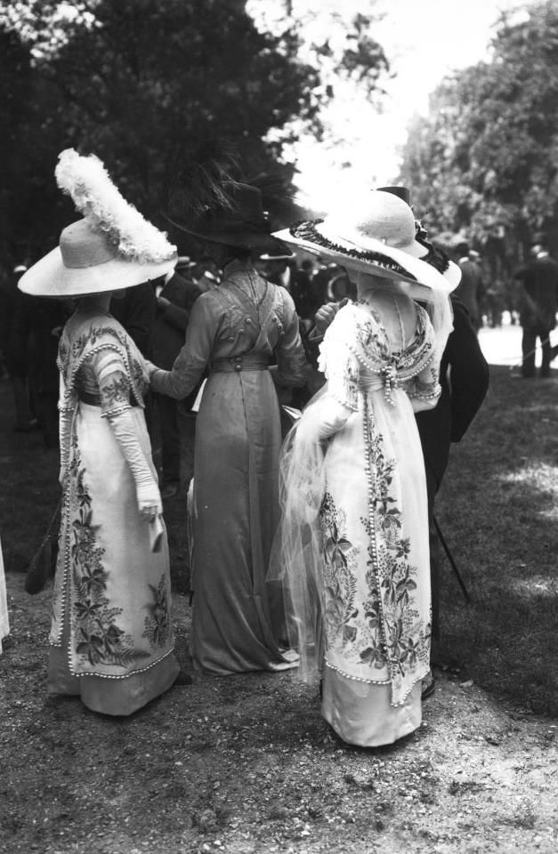 Fashions embroidered with flowers at Auteuil, 1911, via Bibliothèque Nationale de France.