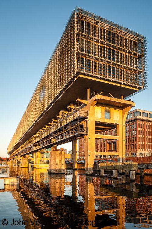 Kraanspoor, Amsterdam:  de enorme lengte (160 meter) van het gebouw dat op het kraanspoor van de voormalige NDSM is gebouwd.  architecte Trudy Hooykaas  foto john verbruggen