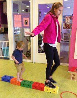 Leer kinderen balanceren op speelblokken. Eenvoudig met uitdaging!