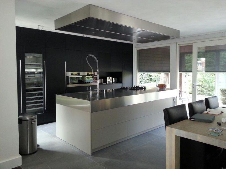 Ruime woonkeuken met grijs-bruin kleurig kook- spoeleiland, extra ...