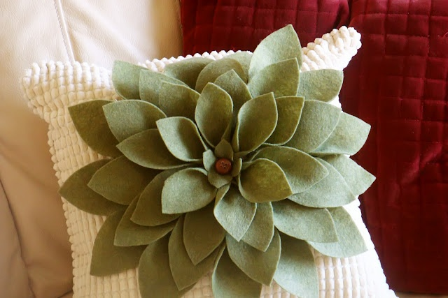 Cute felt flower pillow.: No Sew Pillow, Craft, Pillow Happy, Pillow Tutorial, Felt Flower ...