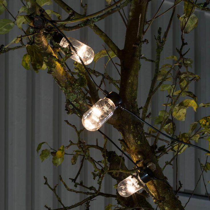LED Party Lysslynge Oval 10 Lys | Det er en enkel design på denne varmhvite LED lysslyngen fra Konstsmide med 10 ovale, klare E27 lyspærer på en sort kabel. Passer meget godt til paviljongen, balkongen eller til pynting ute til jul og er en fin slynge om du vil ha en som er litt annerledes enn alle de andre.