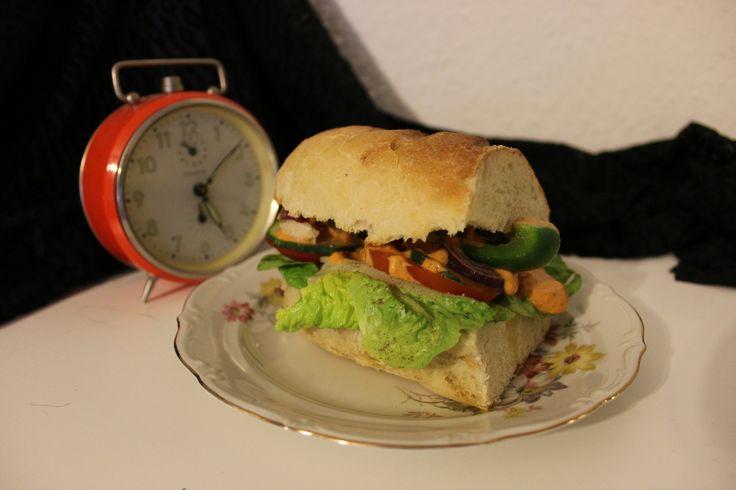 Angelehnt an die gleichnamige Soße bei Subway Perfekt für euer selbstgemachtes Subway Erlebnis Rezept zum Brot hier:Subway-Brot Rezept für die Sauce Wir brauchen eine Portion selbstgemachte Majo. …