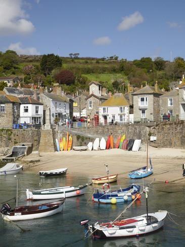 Båter i Mousehole Harbour, nær Penzance, Cornwall, England Fotografisk trykk av David Wall hos AllPosters.no