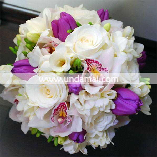 O combinatie delicata de frezii, lalele, trandafiri si orhidee