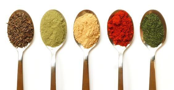 Ad ogni ortaggio la sua spezia o erba aromatica. Il mondo delle erbe aromatiche e delle spezie da utilizzare in cucina è davvero affascinante. Alcuni di questi ingredienti servono soprattutto per esaltare il sapore, ma molti presentano proprietà benefiche o aiutano la digestione. Pensiamo, ad esempio, all'origano, ai semi di finocchio o allo zenzero in polvere. Ecco alcuni abbinamenti tra erbe, spezie e ortaggi tutti da sperimentare.