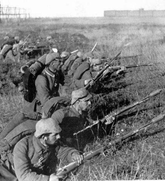 Vorgehende deutsche Infanterie bei der Schlacht an der Marne (1914) - http://www.wikiwand.com/de/Schlacht_an_der_Marne_(1914)