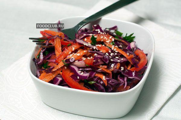 Яркий разноцветный салат из овощей и легкой заправки, которую можно разнообразить, добавляя разные сорта нерафинированных масел — кунжутное, оливковое, арахисовое, грецкого ореха или миндальное.