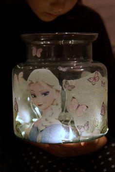 Meillä asustelee pieni Frozen-fani, joka on toivonut jo pitkään omaa yövaloa. Silmiin osui edullinen lasipurkki Tokmannilla (5e) ja Frozen -servetit. Päätettiin kokeilla, kuinka decoupage-tekniikka toimisilasipurkissa.Kuulemani mukaan tytön pitkäaikainen haavetäyttyi ja yövalosta tuli juuri toiveiden mukainen.Edullisesti ja helposti. Hieman teetti työtä kuitenkin saada kuva rypyttömästi lasipurkkiin, mutta elmukelmun avulla se onnistui lopultahyvin.
