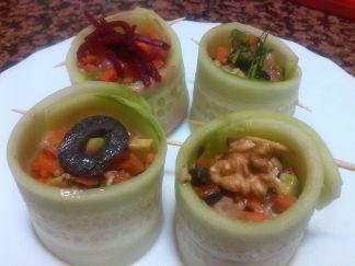 Cómo preparar Pepinos rellenos, Recetas de Tapas y Aperitivos Vegetarianos y Veganos. Ingredientes: Tomate , Cebolla , Pepino , Zanahoria , Pimienta, Agu...