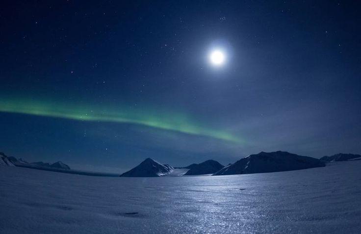 Aurora boreal e lua na região de Svalbard, na Noruega