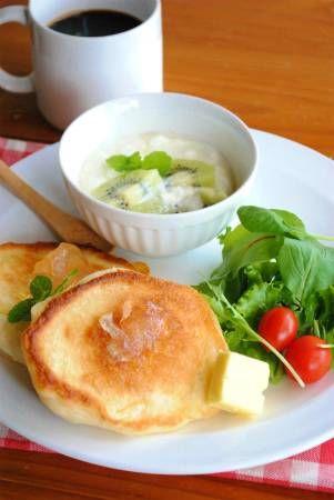 """「クランペット」これはイギリス発祥のパンケーキイギリスでは朝食やティータイムによく登場し、スーパーでも売られている身近な食べ物なのだとか。日本のホットケーキと異なりイーストを使って生地を発酵させているため、独特の""""もっちり""""とした食感が生まれるそうです私個人的には、ホットケーキよりこの「クランペット」の方が好きこの、もちもち感がたまらなく美味しい~生地は甘くないので、甘いジャムをトッピングしてもよし、ハムやチーズやウインナーなどと合わせて食べても美味しいです♪卵を使用していないので、卵アレルギーの方にもお勧めです★★★レシピ★★★★材料(直径10cm6枚分)・牛乳300cc・マーガリン又はサラダ油適量A・強力粉・薄力粉各100g・砂糖小さじ2・ドライイースト大さじ2分の1・塩小さじ3分の1★作り方1.Aをボール...もちもちが絶品!クランペット(イーストパンケーキ)☆"""
