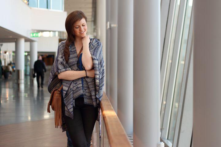 Travellook. braune haare. brown hair. smile. lächeln. poncho. cape. Stockholm. Justmyself. baluer poncho. blaues cape. braune tasche mit fransen. #smile #happygirl #fashion  #brownhair #mode #streetstyle #blogger #fashionblogger #modeblogger #inspiration #travel #traveloutfit #brunette #brownhair #brown #pretty #cape #umhang