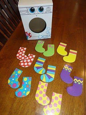Het kindje haalt elke keer een sok uit de wasmachine en paart het dan volgens de zelfde kleur.
