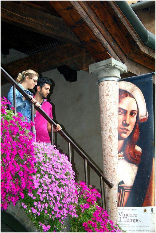 Ammirarsi. Coppia felice sulla scalinata del Palazzo della Ragione in Piazza Vecchia - foto di Emanuele Cortellezzi --- Questa fotografia partecipa al Concorso Fotografico Bergamo, per votarla condividila dalla pagina Facebook http://on.fb.me/1bfzk4E (la trovi tra i post di altri) e carica anche tu le tue foto su www.orobie.it per partecipare al concorso!