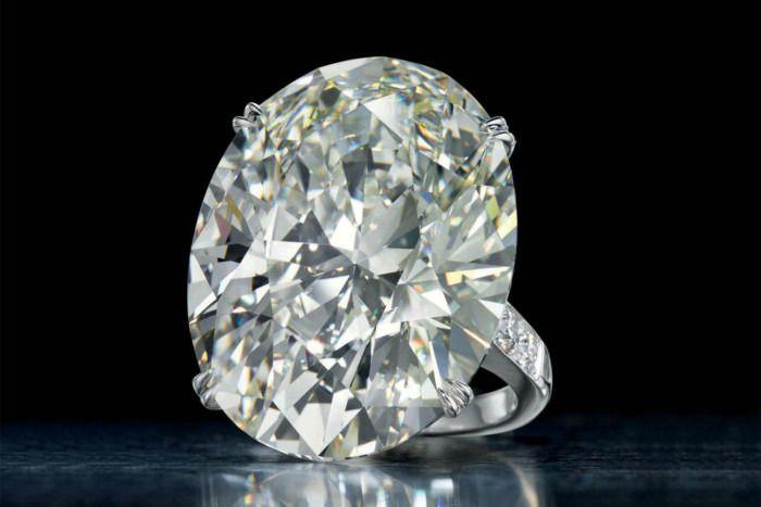 Овальный бриллиант весом 52,76 карата, украшающий платиновое кольцо, был продан за 2,045 миллиона долларов.