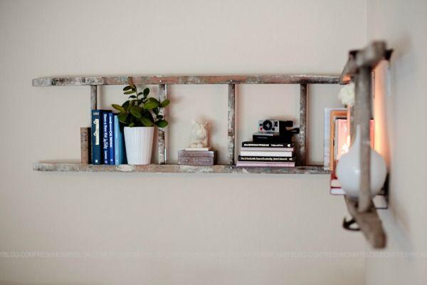 Een (oude) ladder omgetoverd naar plank aan de muur.