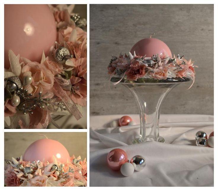 Świąteczne dekoracje Christmas decorations Świąteczny delikatny stroik na stół z różową świecą