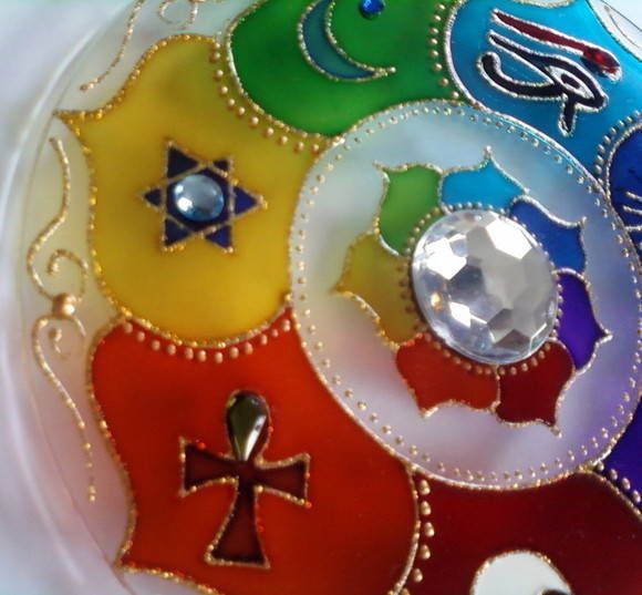 Mandala em vidro de 20cm de diâmetro, pintura vitral, decorado com tinta relevo e pedrinhas em ambos os lados.     Mandala 7 amuletos:  1-Olho de hórus: mau olhado  2-Sol: prosperidade e abundancia  3-OM: espiritualidade  4-Yng/Yang: o equilíbrio de todas as coisas  5-Cruz egípcia: vida eterna  6...
