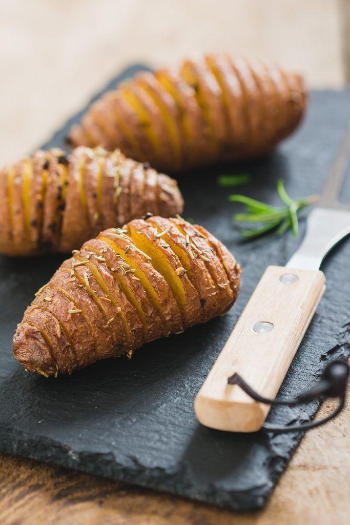Hasselback aardappels met kruidenolie | the answer is food