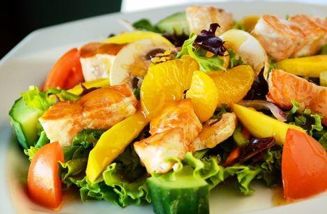 Салат с лососем Для приготовления салата понадобится: *500 г. лосося или форели *2 крупных апельсина