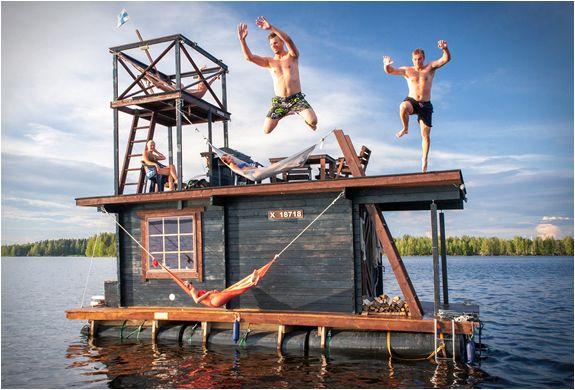 週末は湖へ!大人の遊び場サウナ付きボートハウス   THINK FUTURE