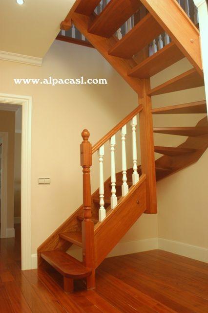 escalera completa de madera y balaustres torneados lacados en color blanco http