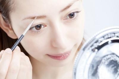 ここ最近の眉トレンドといえば、「太眉メイク」ですよね。平行太眉やアーチ型太眉など種類も増え、それぞれの印象もだいぶ変わってきます。そこで今回は、眉毛の形ごとの印象とそれぞれの顔のタイプに合った太眉メイ…