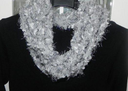 Sciarpa collana toni del grigio