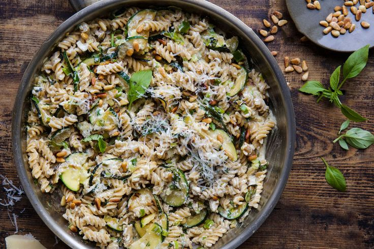 <em><strong>Creamy pasta with ricotta, summer zucchini, spring onions and pine nuts recipe in english at the bottom of the page</strong></em>👇🏾...