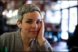 une femme les cheveux poivre et sel - Recherche Google