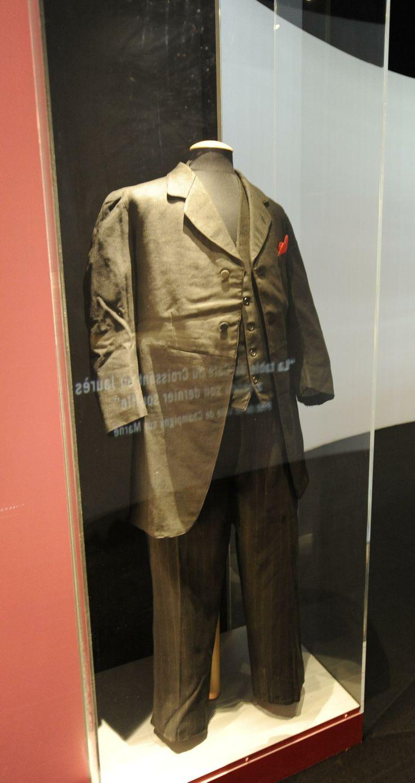 Exposition Jaurès La redinguote, le pantalon et le gilet portés par Jaurès lors de son assassinat; 1914. Albi, Musée Toulouse-Lautrec © Archives nationales/ Marius Roselet